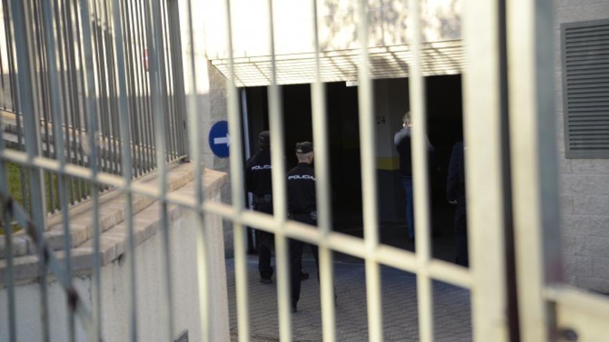 Imagen de agentes de Policia en el garaje de la casa de Morate. Foto: Saúl García