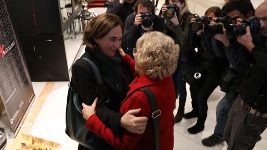 Las alcaldesas Ada Colau y Manuela Carmena este sábado en Madrid.