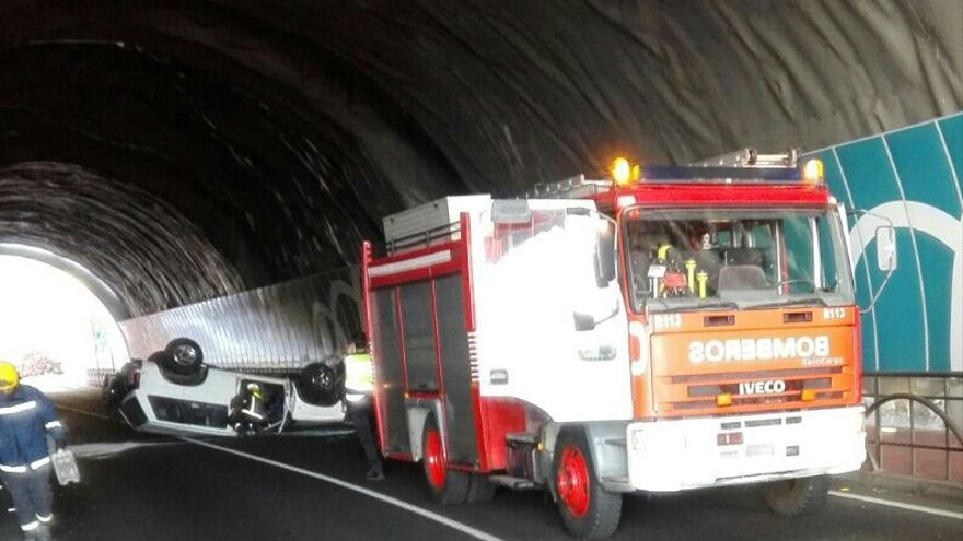 Vehículo volcado en la mañana de este viernes en el interior del túnel situado en la parte alta de la Avenida del Puente de Santa Cruz de La Palma. Foto: Bomberos La Palma.