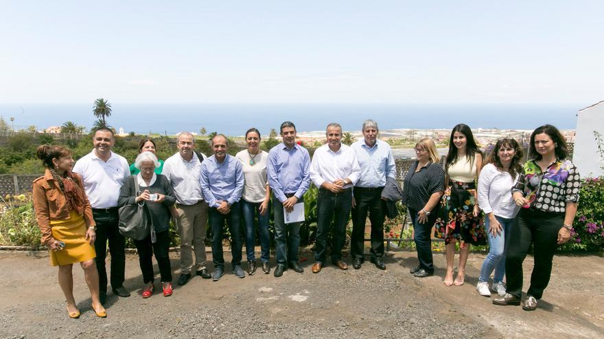 Miembros de la Comisión Parlamentaria de Agricultura junto a trabajadores del Instituto Canario de Investigaciones Agrarias.
