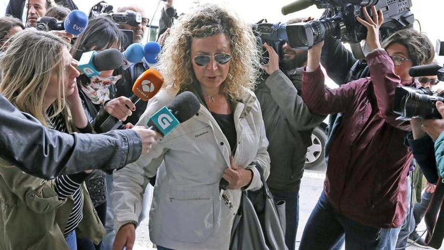 Diana López-Pinel, la madre de Diana Quer, rodeada de micrófonos y cámaras
