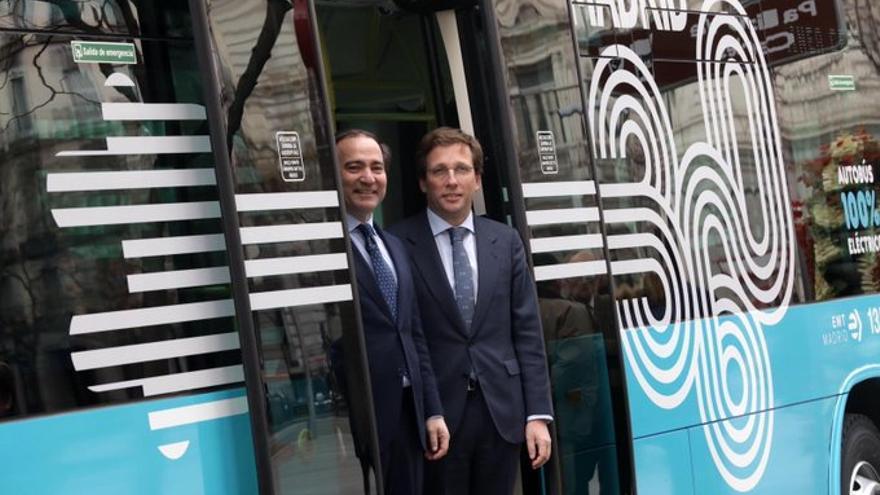 El alcalde de Madrid, José Luis Martínez Almeida, y el concejal de Transportes, Borja Carabante.