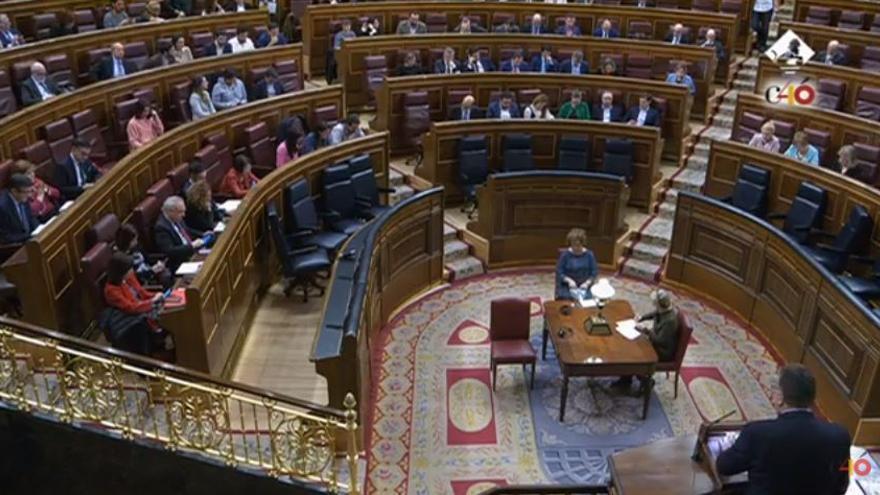 Imagen de los asientos del Gobierno en el Congreso vacíos durante el debate de la proposición de ley de Unidos Podemos de igualdad retributiva entre hombres y mujeres.