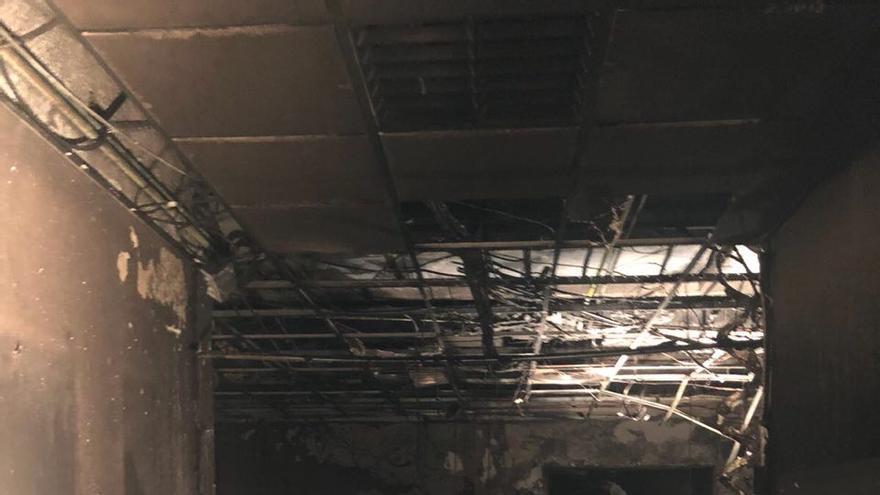 Pasillo totalmente destruido y falsos techos hundidos por la acción del fuego.