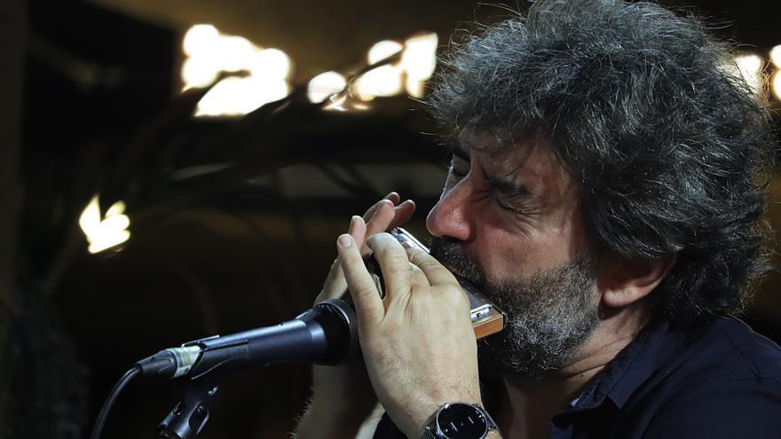 Antonio Serrano tocando la armónica en Carne Cruda