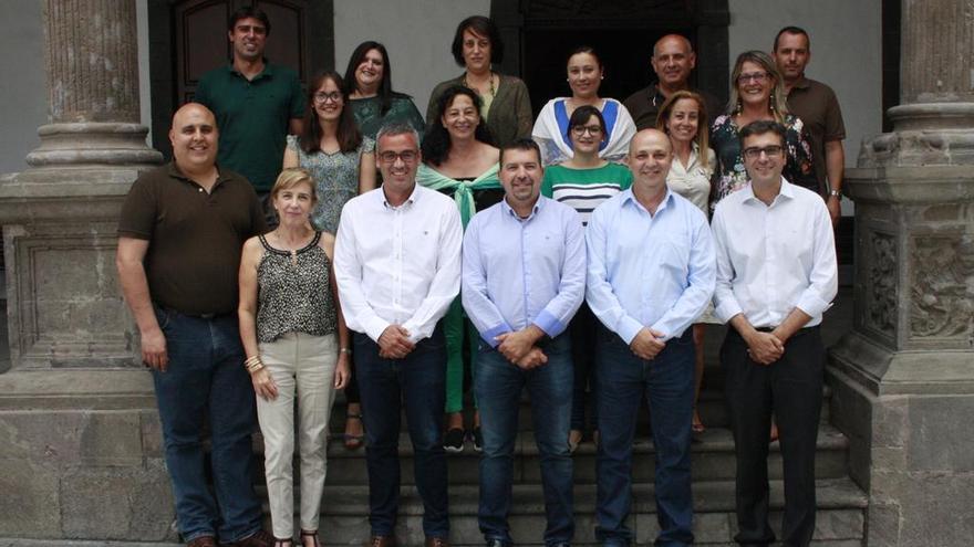 Los concejales de la actual Corporación del Ayuntamiento de Santa Cruz de La Palma, tras el último pleno del presente mandato, en el atrio del Consistorio.