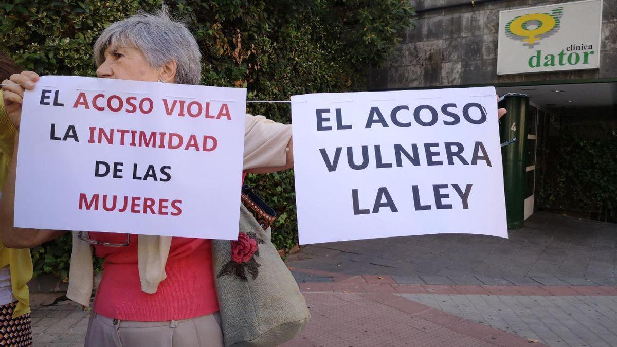 """""""El acoso vulnera la ley"""",  se puede leer en un cartel de la concentración."""