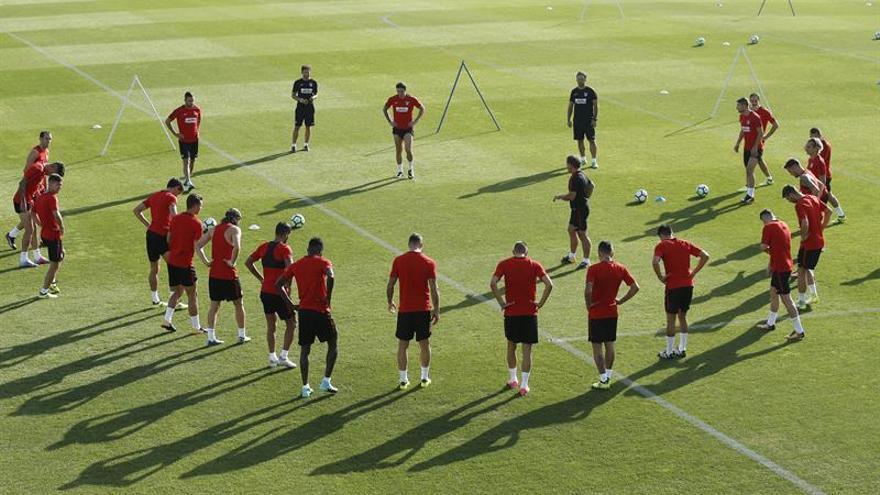 Los jugadores del Atlético de Madrid, durante el entrenamiento del equipo en el Cerro del Espino en Majadahonda. EFE/Juan Carlos Hidalgo