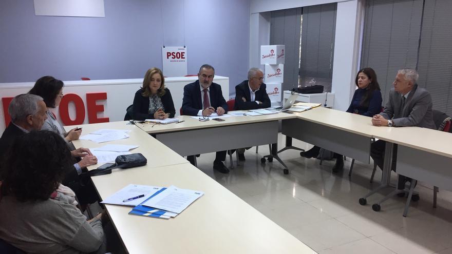 El Grupo Parlamentario Socialista se reúne con el colegio de médicos para debatir la Ley de la Muerte Digna