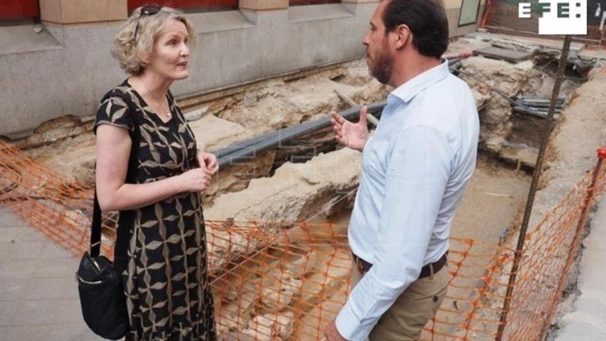 El alcalde de Valladolid, Óscar Puente (d) y la embajadora de Irlanda en España, Síle Maguire (i) visitan las labores de excavación desarrolladas en la calle Constitución de Valladolid para buscar al héroe irlandés Red Hugh O'Donnell.