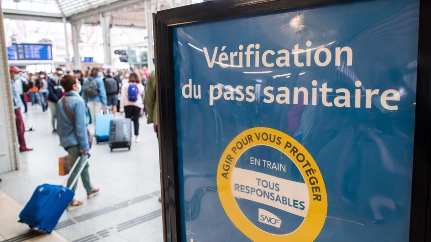 Francia supera 2.000 pacientes en UCI por covid, a niveles de junio