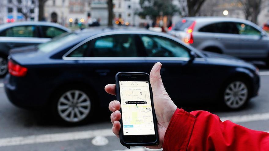 Un usuario solicita un servicio de Uber, en una imagen de archivo