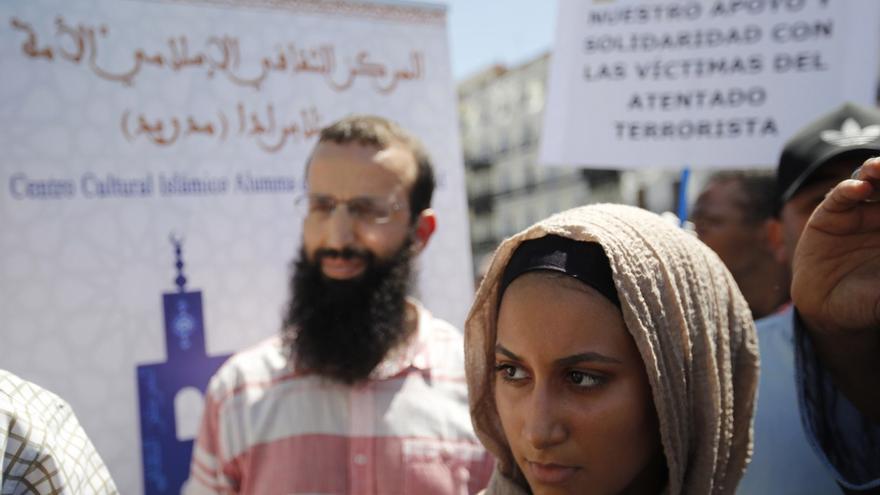 Concentración de un grupo de musulmanes en contra de los atentados de Catalunya
