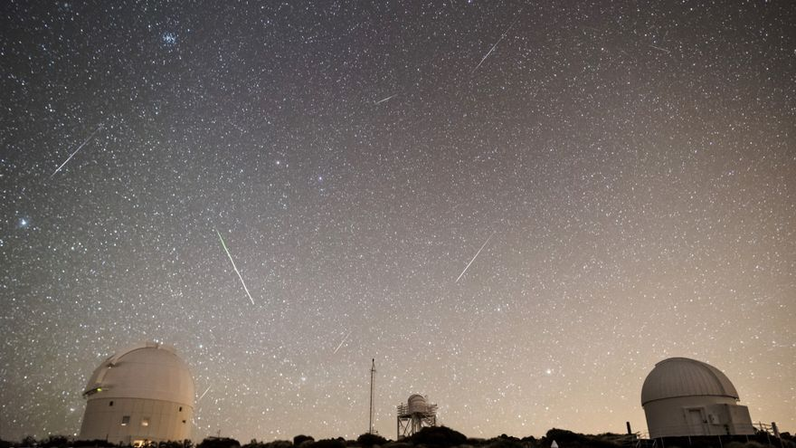 Meteoros registrados en el Observatorio del Teide (IAC) entre las 06:13h y las 06:38h UT (hora local canaria) del día 4 de enero de 2107. La estrella más brillante a la izquierda es Procyon (Canis Minor), Castor y Pollux (Géminis) casi en el centro. El cúmulo que se observa en la parte superior es el del Pesebre (Beehive Cluster) en la constelación de Cáncer. La mayor parte de loa meteoros registrados son Cuadrántidas.
