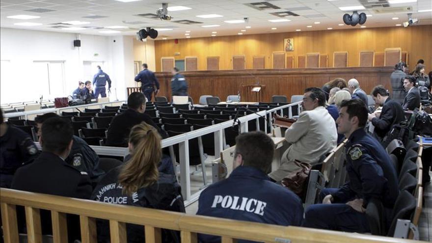 El juicio al neonazi griego Amanecer Dorado comienza con un aplazamiento