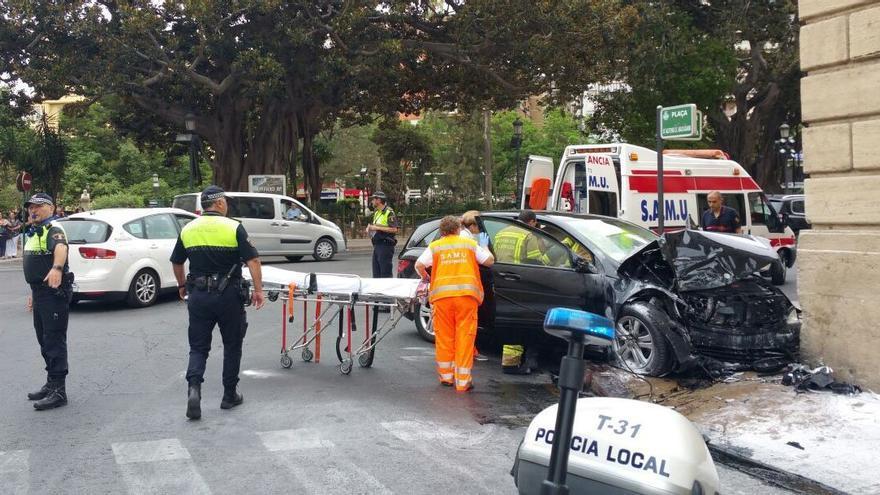 Uno de los coches implicados empotrado en la fachada del Palacio de Justicia