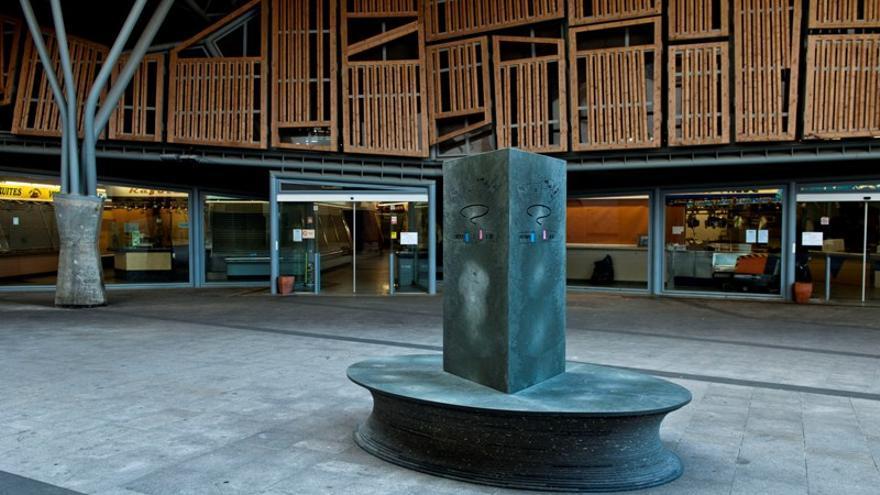 La escultura-banco de Lawrence Weiner.