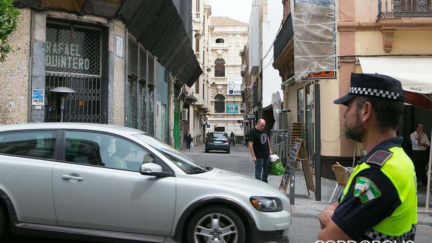 Un coche circula por el centro de la ciudad   MADERO CUBERO