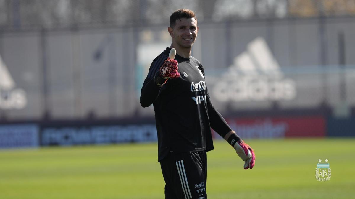 Emiliano Martínez emprendió el regreso a Europa tras el frustrado Brasil-Argentina.