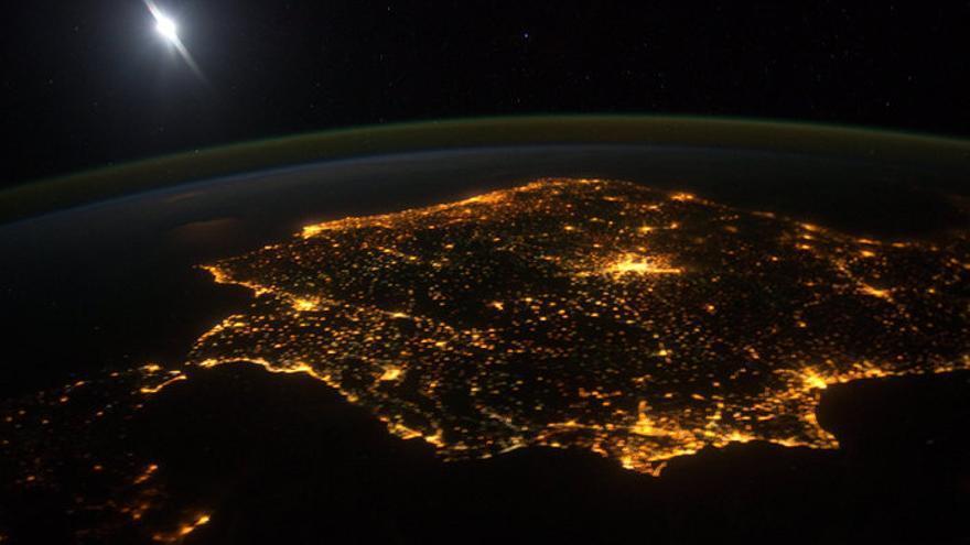Las imágenes tomadas por la Agencia Espacial Europea reflejan la contaminación lumínica en Valencia