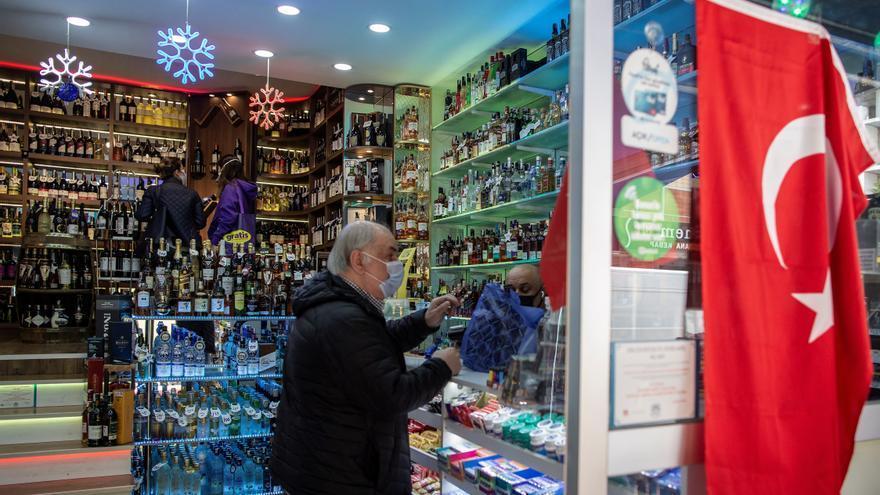 Criticas al Gobierno turco por prohibir vender alcohol en el confinamiento