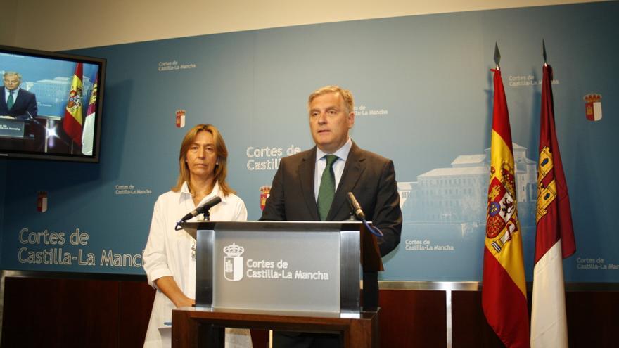Ana Guarinos y Francisco Cañizares, en rueda de prensa antes de iniciarse el pleno de Presupuestos