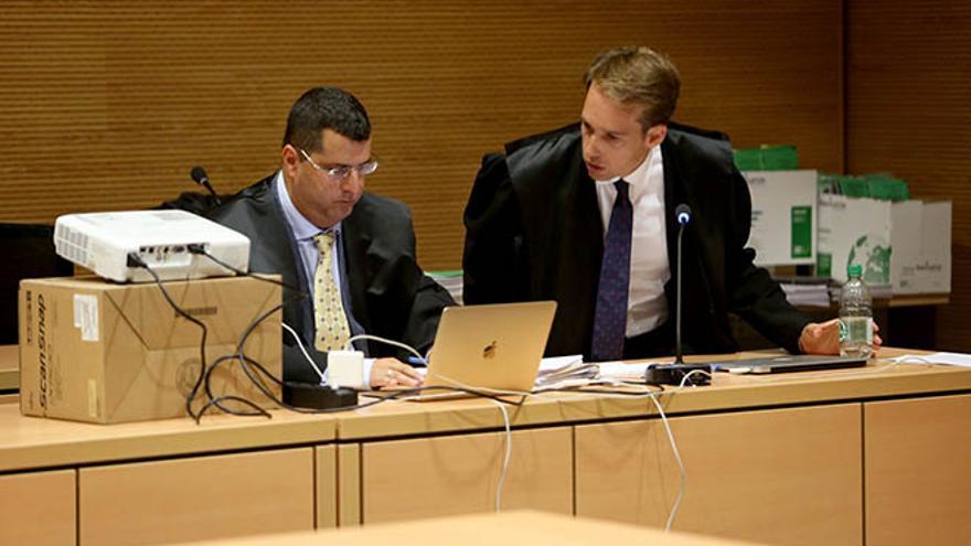 Luis Lleó y su abogado en un procedimiento, Felipe Fernández de las Heras. (ALEJANDRO RAMOS)