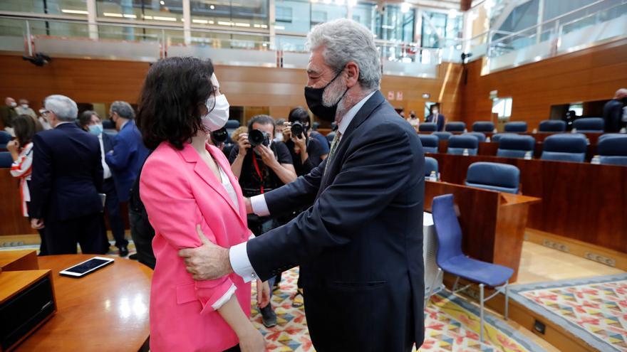 Miguel Ángel Rodríguez felicita a Díaz Ayuso tras la votación de investidura.