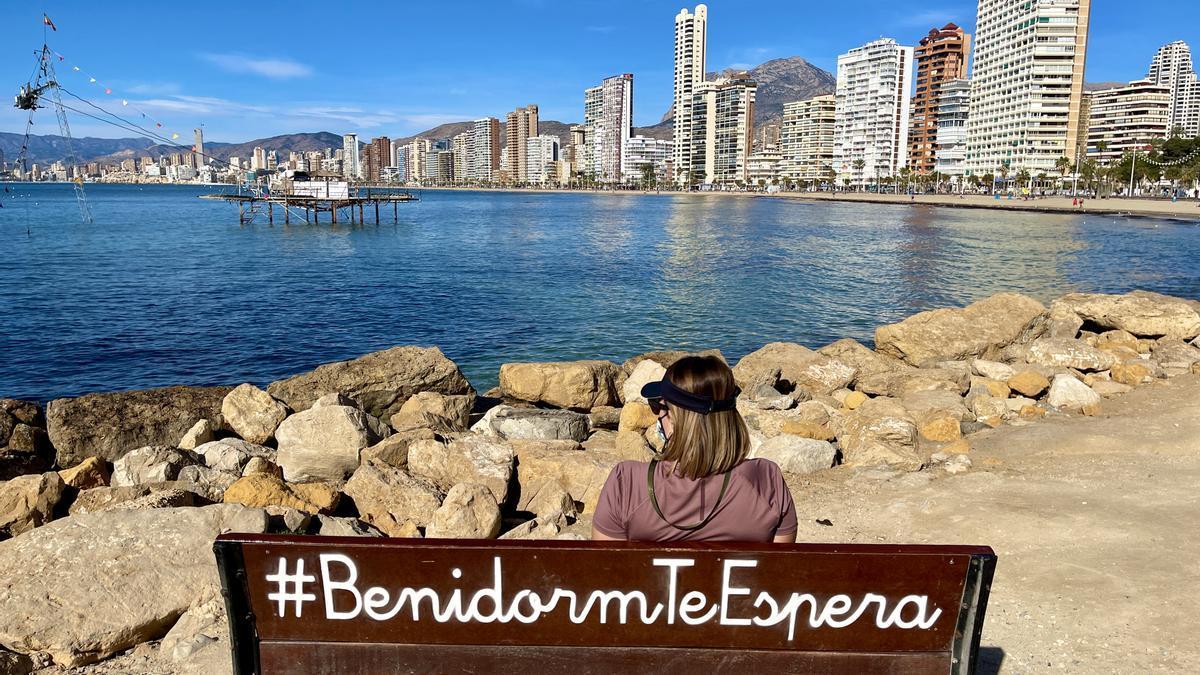 Una turista en Benidorm, buque insignia del sector en la Comunitat Valenciana.