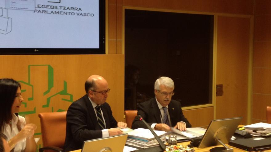 Churiaque (derecha), presidente del TVCP, junto al presidente de la comisión de investigación, Carmelo Barrio.