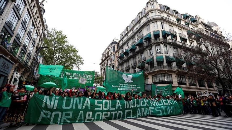 Miles de manifestantes reclaman mayor despenalización del aborto en Argentina
