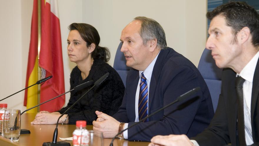 El consejero de Medio Ambiente y Urbanismo, Javier Fernández, en rueda de prensa.