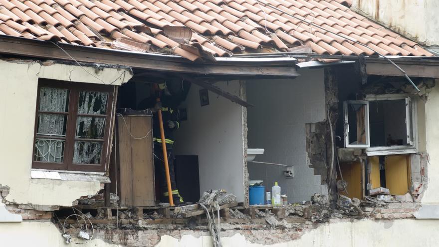 Los equipos de emergencia trabajan en el edificio de Tetuán tras la explosión. | JOAQUÍN GÓMEZ SASTRE