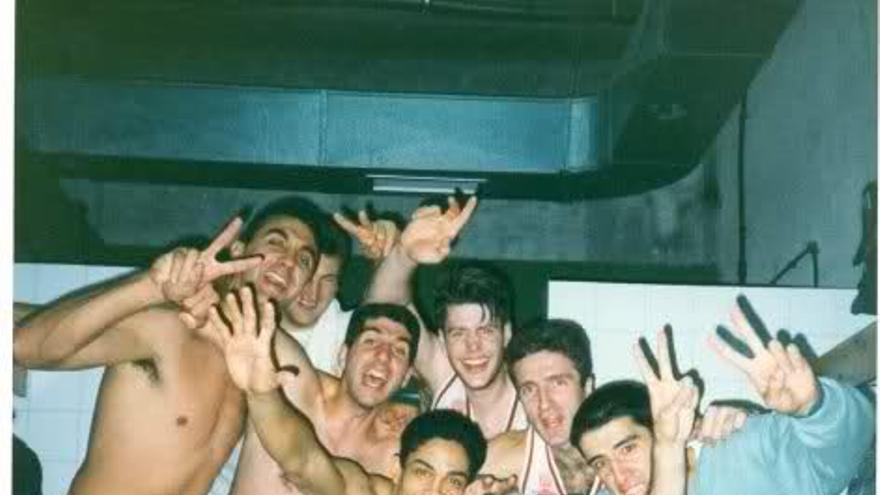 Celebración del CB Murcia en el vestuario del Pisuerga (9 de abril de 1994) / Foto: Felipe Coello