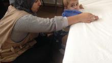 Mujer refugiada siria con su hijo. | MPDL
