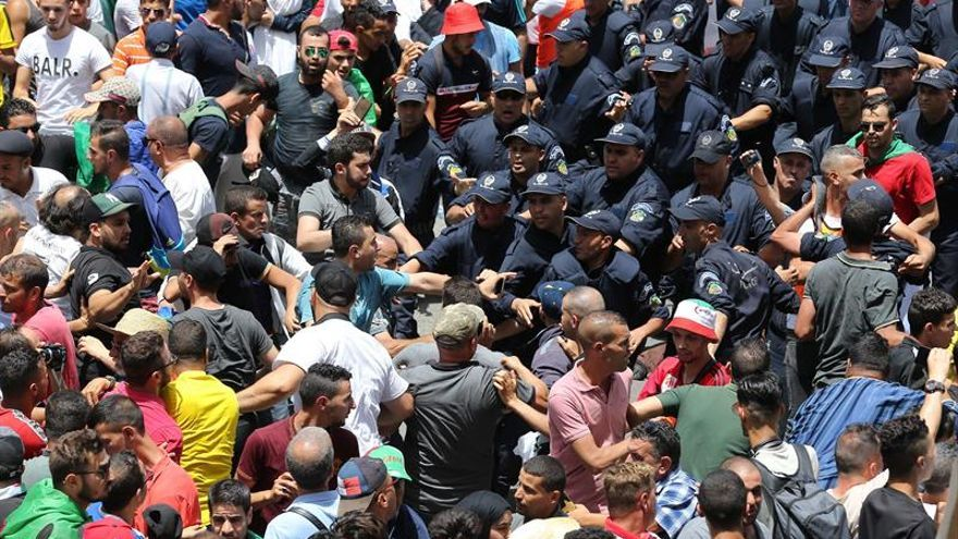 Algerian students break into a meeting of the Dialogue Instance