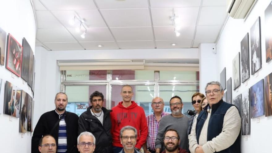 Miembros de la Asociación Afoto La Palma en la inauguración de la exposición 'Fotografías de Semana Santa'.