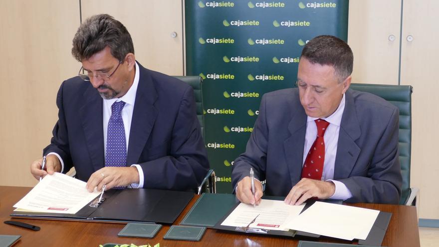 Ángel Luis Castilla (i) y Fernando Berge durante la firma del convenio.