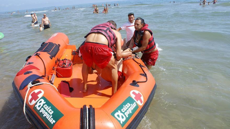 Socorristas de Cruz Roja rescatan a un bañista de una playa valenciana