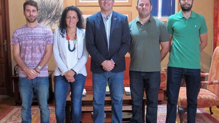 El presidente del Cabildo (centro), con los cuatro nuevos agentes de Medio Ambiente.