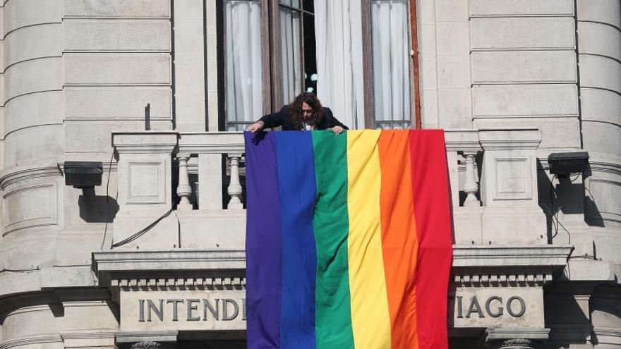 Vista de una bandera con los colores de la diversidad en la Intendencia Metropolitana de Santiago (Chile).
