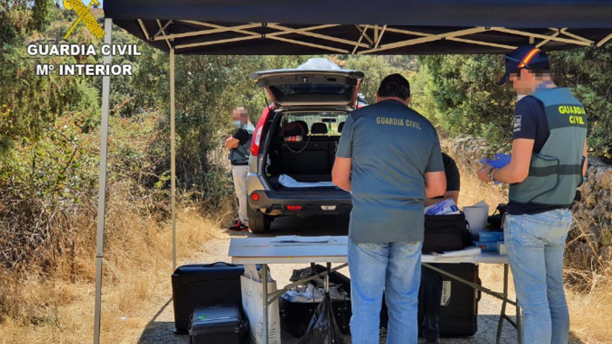 Agentes de la Guardia Civil en el lugar de los hechos tomando muestras