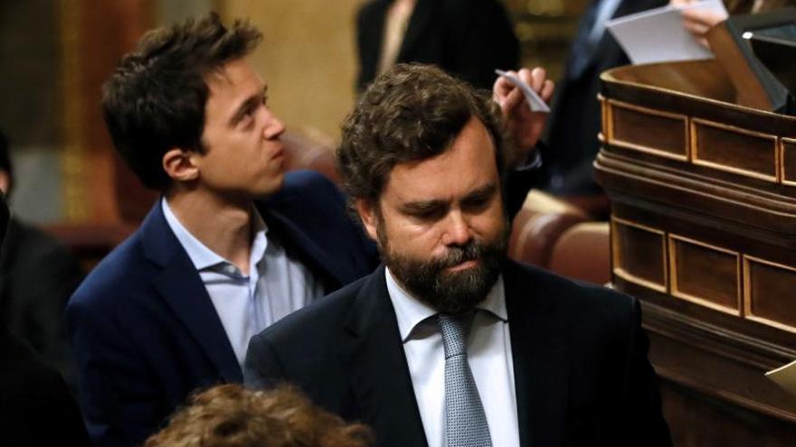 El diputado de Vox, Iván Espinosa de los Monteros (d) tras participar en las votaciones para la Mesa.