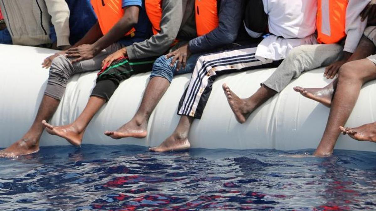 Imagen de archivo de personas rescatadas de una patera