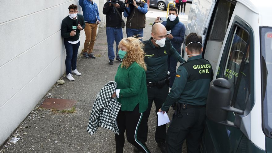 Archivo - Carmen Merino, la acusada por el crimen del cráneo de Castro Urdiales, sale custodiada por agente de la Guardia Civil a su salida del Juzgado de Instrucción número 3 de Castro Urdiales, Cantabria (España), a 13 de noviembre de 2020.
