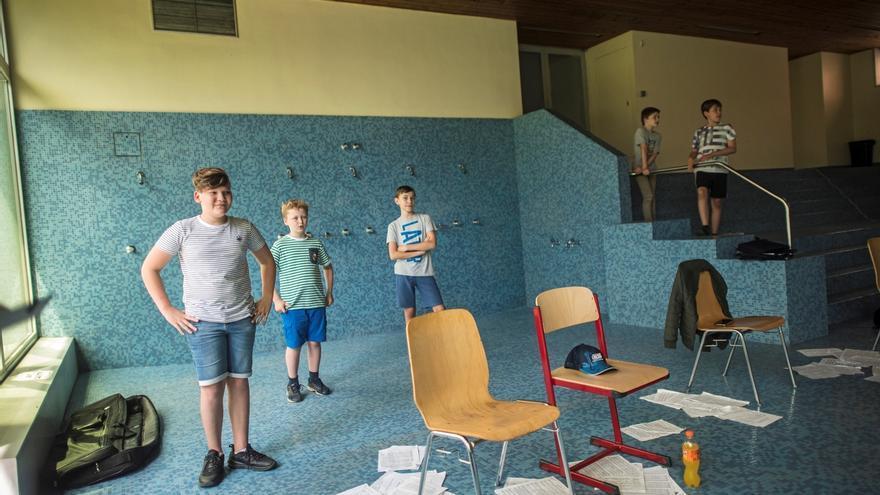 """Miembros de """"Los Niños Cantores de Viena"""" durante un ensayo en un piscina cubierta."""