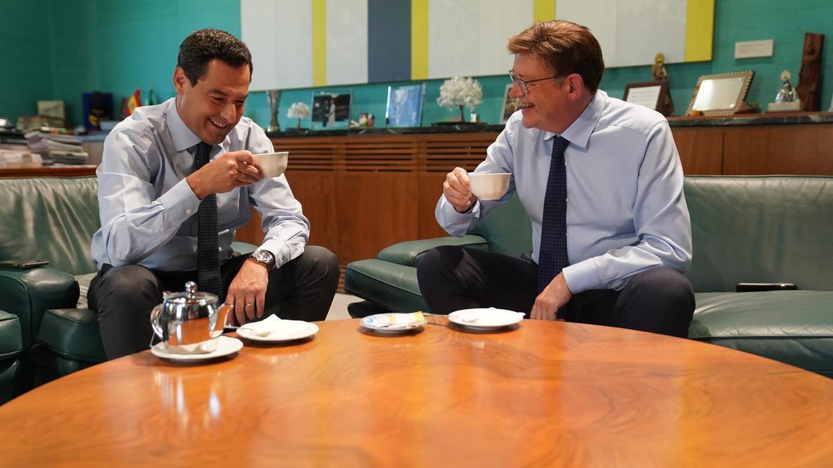 Juan Manuel Moreno y Ximo Puig comparten un café en el despacho del presidente andaluz en el Palacio de San Telmo.