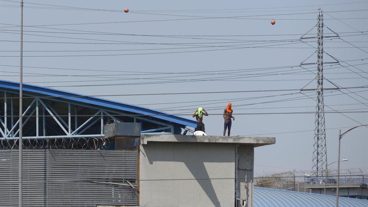 Varios reclusos en los techos del Centro de Privación de Libertad Número 1 donde se presentó un motín, en Guayaquil (Ecuador)