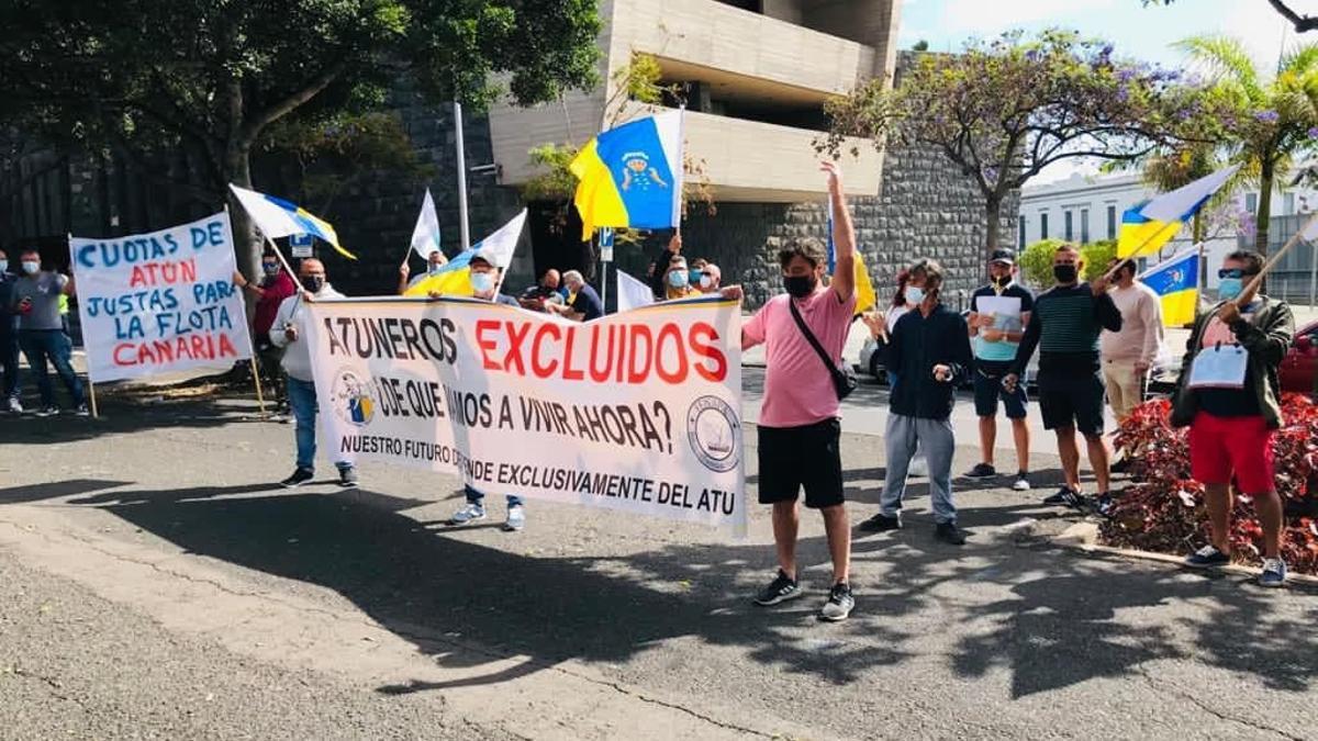 Protestas de atuneros cañeros frente a la sede de la Consejería de Agricultura, Ganadería y Pesca del Gobierno de Canarias en Santa Cruz de Tenerife.