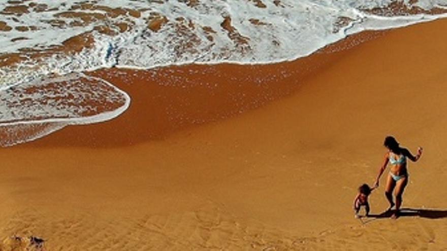 Madre y Bebe En La Playa